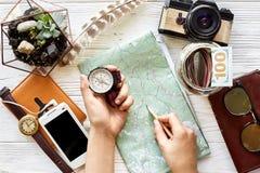 Zwerflust en reis de conceptenvlakte lag het kompas van de handholding en Royalty-vrije Stock Foto