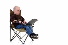 Zwerg, kleiner Mann auf Laptop lizenzfreie stockfotografie