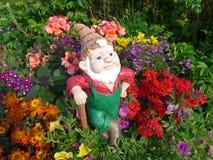 Zwerg mit Schaufel in seinem Garten lizenzfreie stockfotos