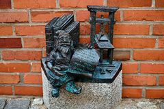 Zwergartiger MiniaturGnom nahe dem Breslauer Dom Cathedral von Johannes der Baptist in Bezirk Ostrow Tumski von Breslau, Polen stockfoto