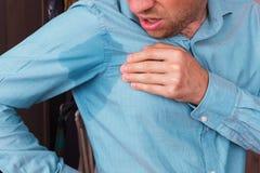 Zwetende vlek op het overhemd wegens de hitte, zorgen en diffid stock foto's
