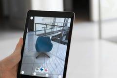 Zwiększający rzeczywistości app - umieszczać meble w AR przestrzeni fotografia stock