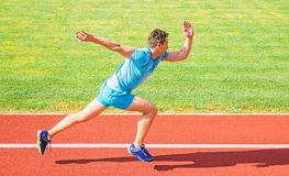 Zwiększenie prędkości pojęcie Mężczyzna atlety biegacza pchnięcie z zaczyna pozycji stadium ścieżki słonecznego dnia Dlaczego zac zdjęcia royalty free