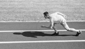 Zwiększenie prędkości pojęcie Mężczyzna atlety biegacza pchnięcie z zaczyna pozycji stadium ścieżki słonecznego dnia Biegacza spr zdjęcie stock