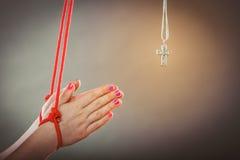 związane ręce Istota ludzka zmuszająca ono modlić się Sfałszowana wiara obraz stock