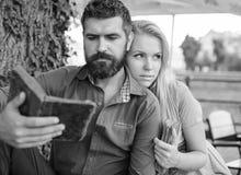 Związki, przyjaźnie, edukacja, stylu życia pojęcie Przystojny kochający pary obsiadanie w lato parku, obrazy royalty free