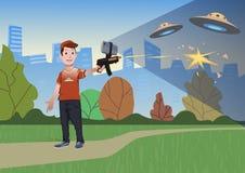 Zwiększać rzeczywistość gry Chłopiec z AR pistoletem bawić się strzelającego Gemowa broń z telefonem komórkowym również zwrócić c Obrazy Royalty Free