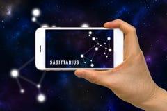 Zwiększająca rzeczywistość, AR, Sagittarius zodiaka gwiazdozbiór App na Smartphone ekranu pojęciu obrazy stock