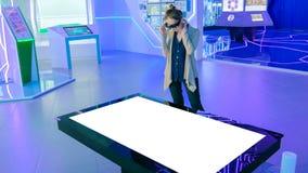Zwiększający rzeczywistości interaktywny doświadczenie - wyśmiewa w górę białego pokazu obraz royalty free