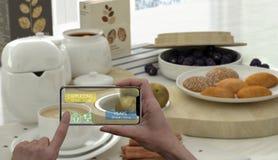 Zwiększający rzeczywistości pojęcie Ręka trzyma cyfrowej pastylki telefonu mądrze use AR podaniowy sprawdzać informację kalorie w ilustracji