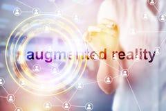 Zwiększający rzeczywistości pojęcie Ręka trzyma mądrze telefonu use AR podaniowy zdjęcia royalty free
