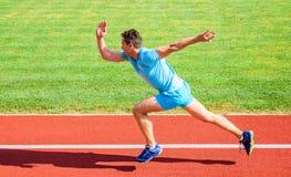 Zwiększenie prędkości pojęcie Mężczyzna atlety biegacza pchnięcie z zaczyna pozycji stadium ścieżki słonecznego dnia Dlaczego zac fotografia royalty free