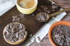 Zwieback mit niederländischem Schokoladenhagel und -kaffee stockbilder