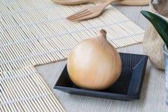 Zwiebel auf einem hölzernen Vorstand Lizenzfreie Stockfotografie