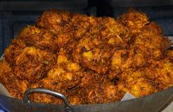 Zwiebel Bhajis auf einem Marktstall Lizenzfreies Stockfoto