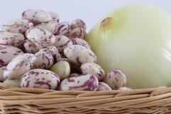 Zwiebel und Bohnen im Korb lizenzfreies stockbild