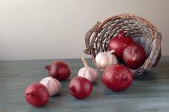 Zwiebel und Knoblauch in einem Korb Lizenzfreies Stockbild