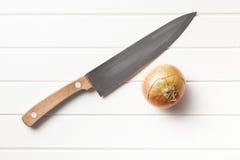 Zwiebel und Messer Stockfoto