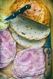Zwiebelbrot mit Schweinesülze und Senf Stockfotos