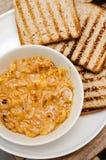 Zwiebeleintopfgericht mit Toast Stockfotos