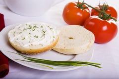 Zwiebelen-Bagel und Tomaten Lizenzfreie Stockbilder