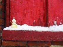 Zwiebelen-Schneemann auf SnowyWindowsill Stockfotos