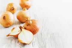 Zwiebeln auf der Tabelle Lizenzfreie Stockfotos