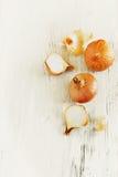 Zwiebeln auf der Tabelle Lizenzfreies Stockbild
