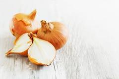 Zwiebeln auf der Tabelle Lizenzfreie Stockfotografie