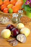 Zwiebeln auf Tabelle stockfotos