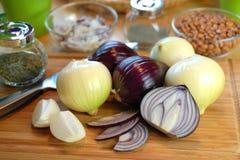 Zwiebeln auf Tabelle stockfoto