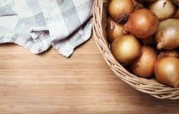 Zwiebeln in einem Korb Stockfoto