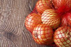 Zwiebeln in einer Tasche Lizenzfreie Stockfotos