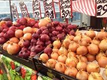 Zwiebeln für Verkauf in einem Landwirtmarkt Stockbilder