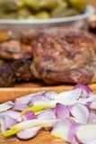 Zwiebeln, gegrilltes Fleisch und in Essig eingelegte Essiggurken Lizenzfreies Stockfoto