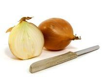Zwiebeln mit einem Messer stockbild