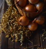 Zwiebeln schließen oben auf dem Tisch stockbilder