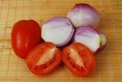 Zwiebeln u. Tomate Stockfotos