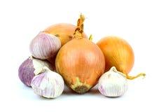 Zwiebeln und Knoblauch auf einem weißen Hintergrund Stockfotos
