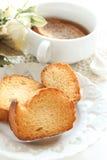 Zwiebelsuppe in der weißen Schale Stockbilder