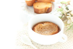 Zwiebelsuppe in der weißen Schale Stockfotografie