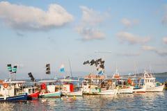 Zwiedzać w Grecja: tradycyjne łodzie rybackie na grku są Zdjęcia Royalty Free