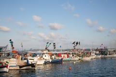 Zwiedzać w Grecja: tradycyjne łodzie rybackie na grku są Fotografia Stock