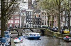 ZWIEDZAJĄCA łódź na kanale pod Amsterdam, KWIECIEŃ - 2016 - Zdjęcie Stock