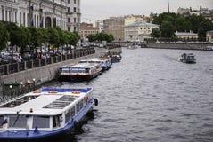 Zwiedzająca łódź na rzecznym Fontanka Fotografia Stock