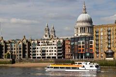 Zwiedzająca łódź wypełniał z turystami na rzecznym Thames w Londyn, Fotografia Stock