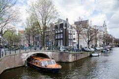 ZWIEDZAJĄCA łódkowata wycieczka turysyczna na Amsterdam cana Amsterdam, KWIECIEŃ - 2016 - Obrazy Stock