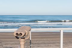 Zwiedzające lornetki Przegapia ocean przy Fletcher zatoczki parkiem obraz royalty free