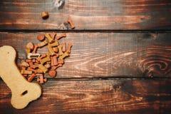 Zwierzę domowe opieki pojęcie na ciemnym drewnianym tle zdjęcia royalty free