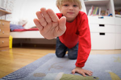 Zwierzę domowe perspektywa z dzieciakami - w domu, pozwalał ja dotykać ciebie Zdjęcia Stock